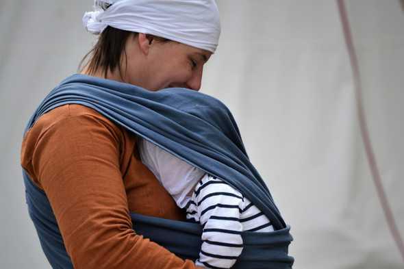 baby in draagzak bij moeder