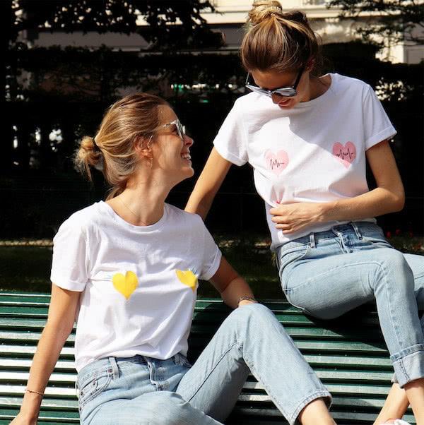 2 femmes portant des T-shirts brodées avec des coeurs