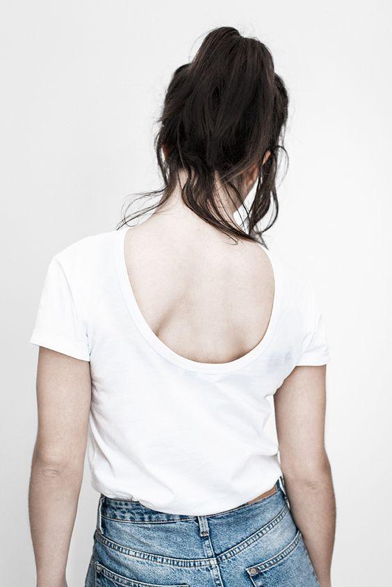 Dos de tee-shirt échancré avec etiquette visible en transparence