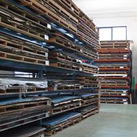 Nel nostro magazzino stiviamo lastre pronte per la consegna o per successive lavorazioni