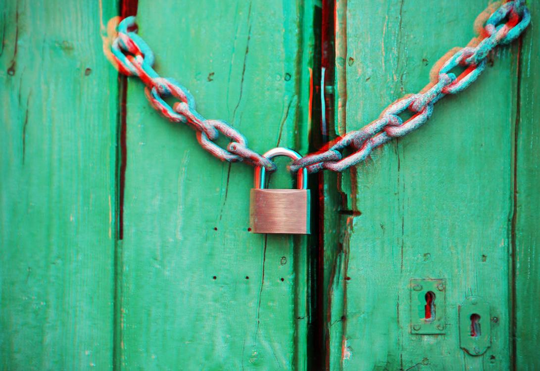 Corrente e cadeado numa porta de madeira, com o efeito 3D de sempre