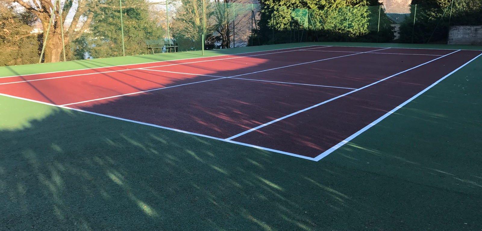 Campo da tennis outdoor rivestito con resina antiscivolo e anti infortunio.