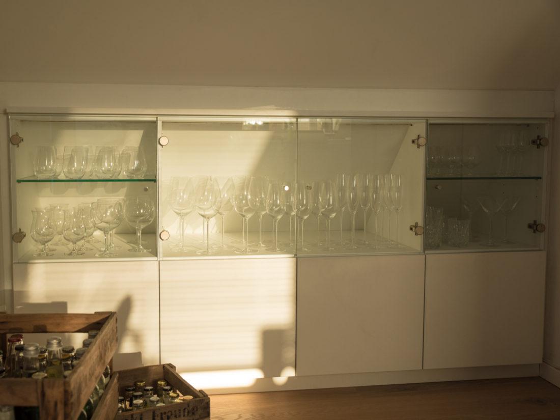 Die unteren Schubkästen des Barschranks von RUPPERTdesign bieten Platz für Flaschen und sogar Getränkekisten.