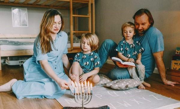 familia con dos niños sobre alfombra