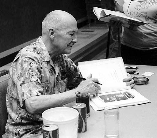 Роберт Хайнлайн дает автограф. Онстал единственным писателем, получившим научно-фантастическую премию «Хьюго» запять романов. Источник: scififantasynetwork com