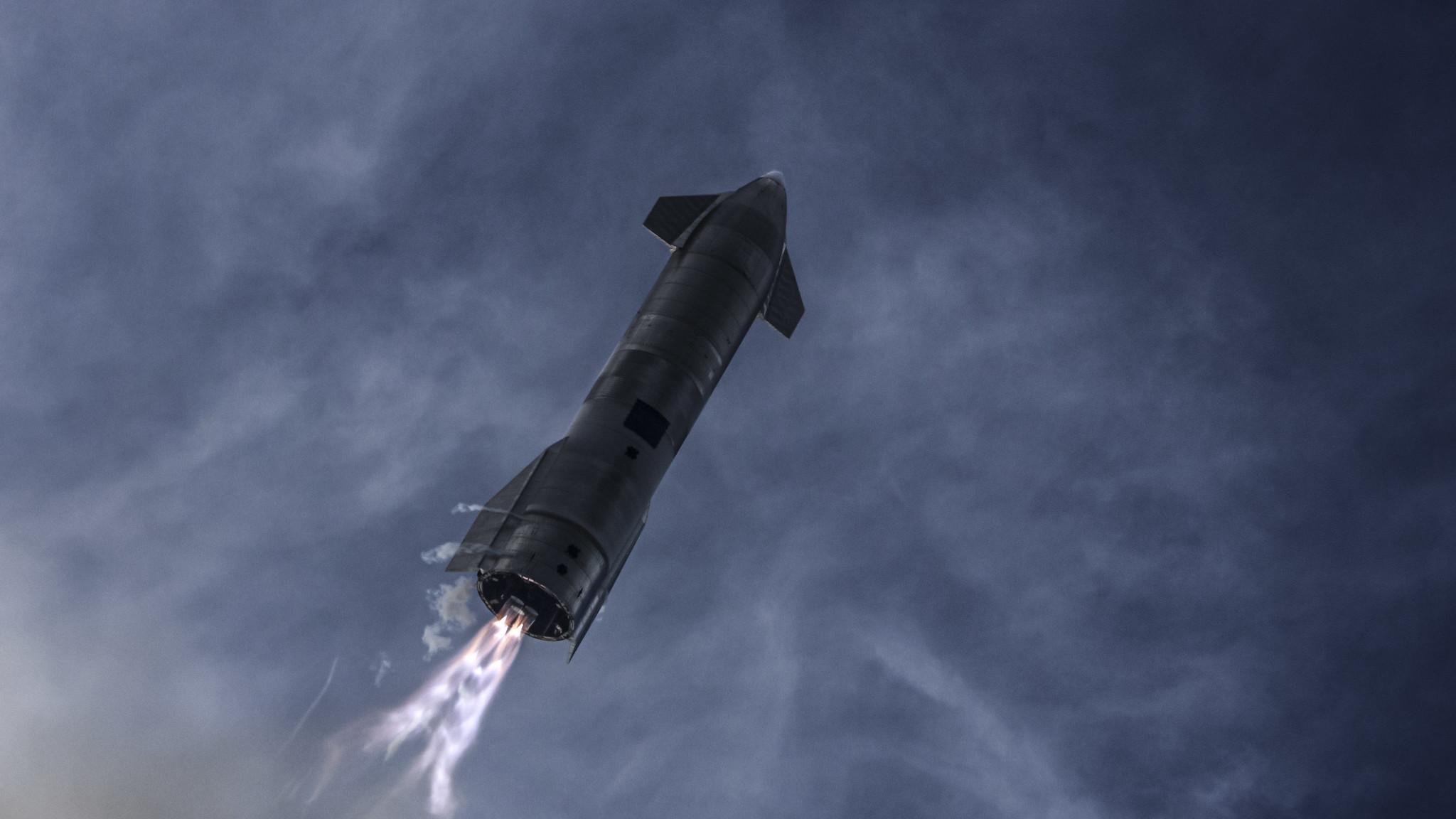 Imaginea 1: Prototipul SN10, cu câteva secunde înainte de revenirea la sol, după al treilea zbor până la altitudinea de 10 km din cadrul programului Starship al companiei SpaceX. SN10 a explodat la scurt timp după ce acesta aterizase aparent în siguranță la sol. Sursa foto: SpaceX