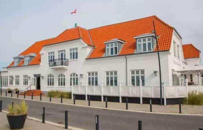 den flotte hvide facade paa badehotellet