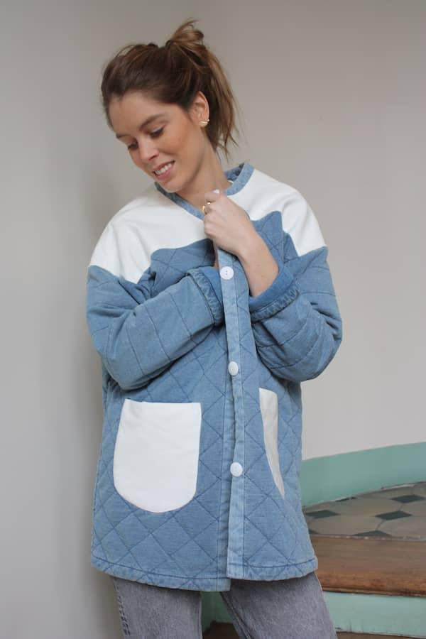 Veste molletonnée upcyclée grâce à des empiècements de tissu blanc