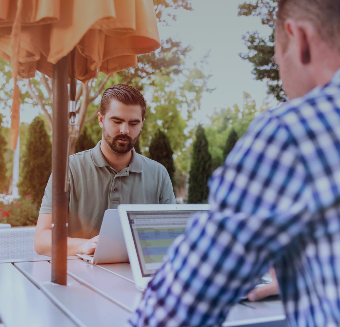 Dois homens trabalhando para o sucesso da empresa.