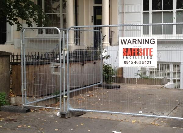 Temporary heras fencing gate