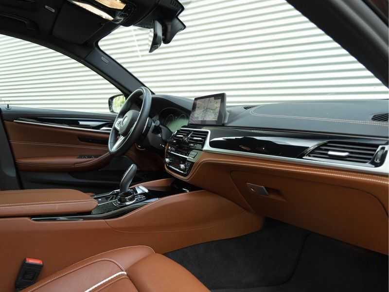 BMW 5 Serie Touring 530i xDrive M-Sport - Individual Leder - Trekhaak - Stoelventilatie afbeelding 16