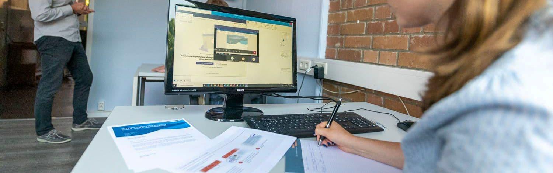 Trainer erklärt Word-Briefvorlagen in unserem Schulungsraum in Hamburg während einer MS Office Schulung