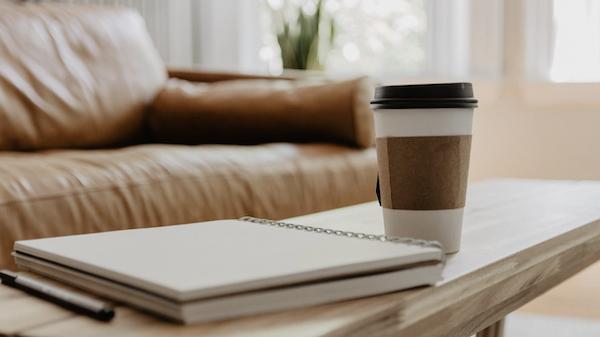 vaso de cafe y libreta