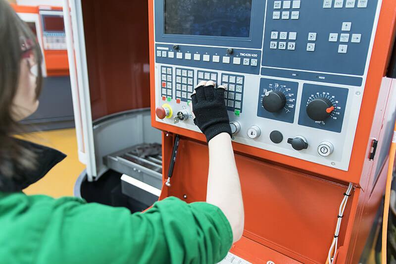 Žačka zkoumá CNC stroj