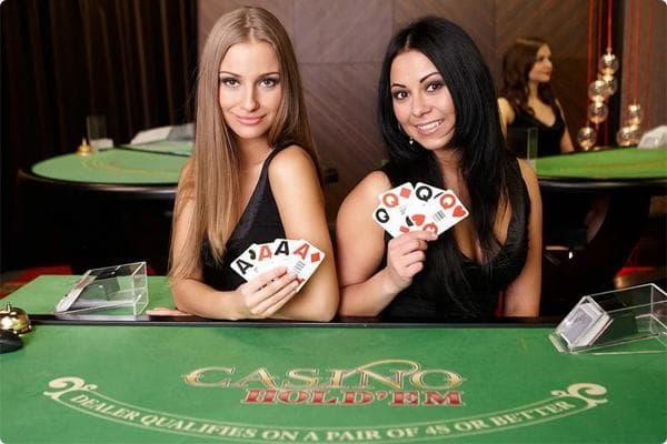 Evolution Gaming Spieleanbieter Roulette Teaser mit Poker Tisch und Croupier