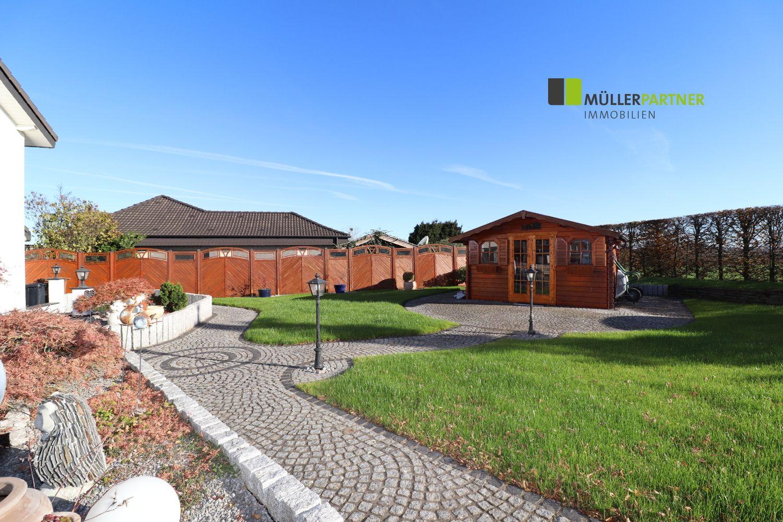 Repräsentatives Ein-/Zweifamilienhaus mit 2 Garagen in Feldrandlage von Jülich-Kirchberg