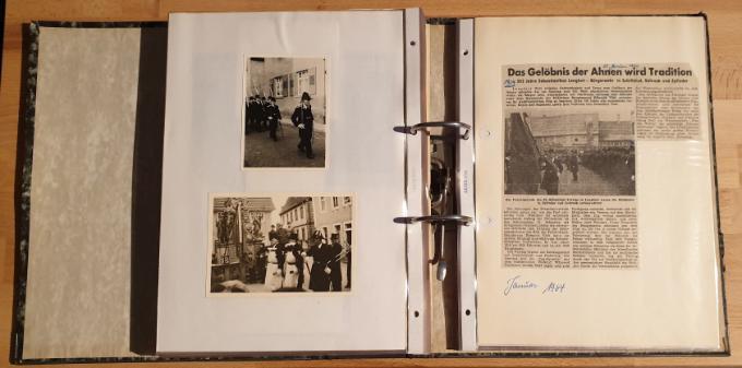 Der Ordner enthält neben Fotos auch viele, teils über 50 Jahre alte Zeitungsausschnitte