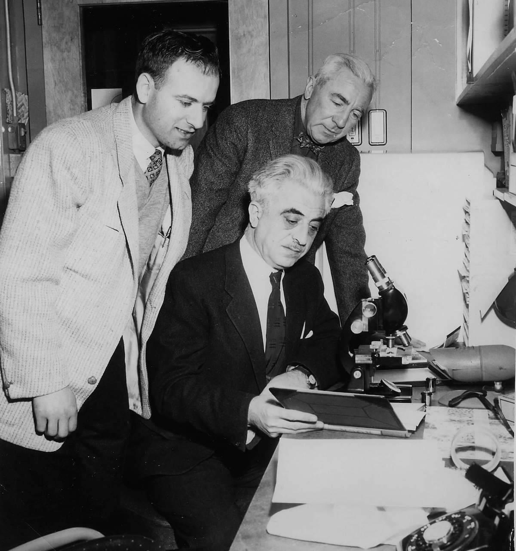 Грегори Гудвин Пинкус (сидит застолом) иДжон Рок (нафото справа). Источник: pbs.org/wgbh/americanexperience