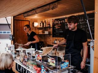 Origineller, einzigartiger Crêpe-Stand bei einem Mitternachtssnack zum Höhepunkt einer Hochzeit