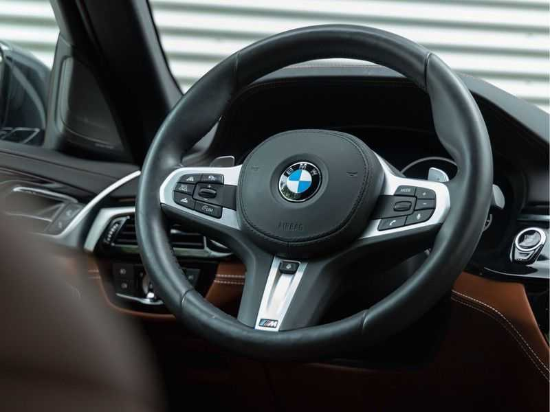 BMW 5 Serie Touring 530i xDrive M-Sport - Individual Leder - Trekhaak - Stoelventilatie afbeelding 15