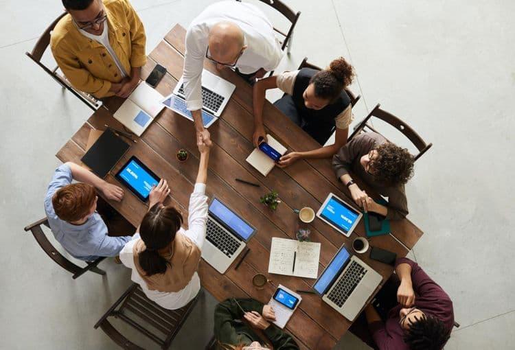 Schulungsgruppe an Tisch während einer Firmenschulung