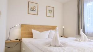 Schlafzimmer mit geräumigem Doppelbett