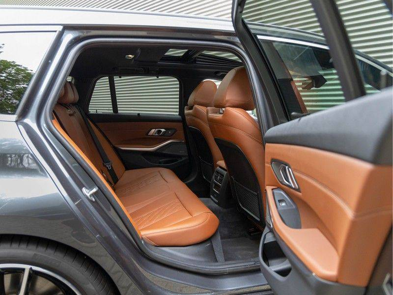 BMW 3 Serie Touring 330i M-Sport - Individual - Memoryzetels - Trekhaak - Panorama afbeelding 17