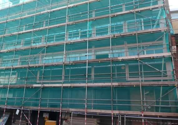 Debris netting on scaffold