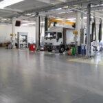 Pavimento multistrato resistente a carichi elevati, realizzato per un'officina per mezzi pesanti.