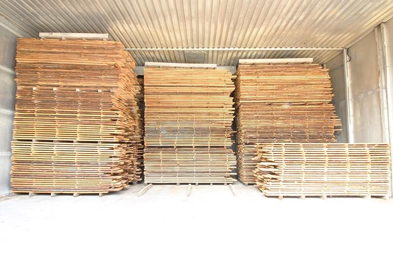 cataste di legno nell'essiccatoio