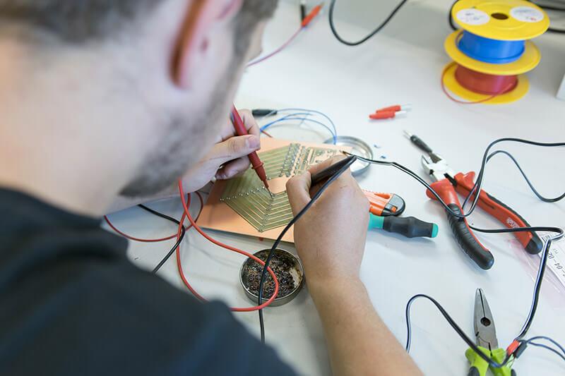Žák pájí elektrotechniku