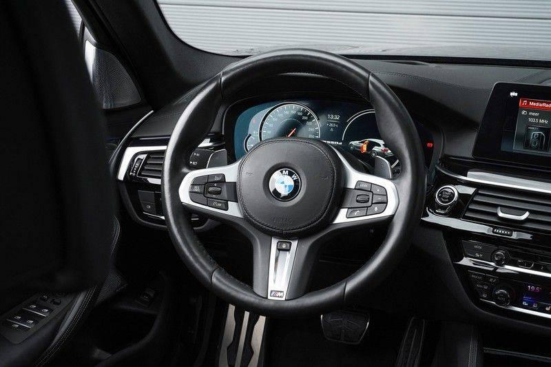 """BMW 5 Serie M550d X-Drive M-Pakket Shadow B&W Camera 360° Massage 20"""" afbeelding 17"""