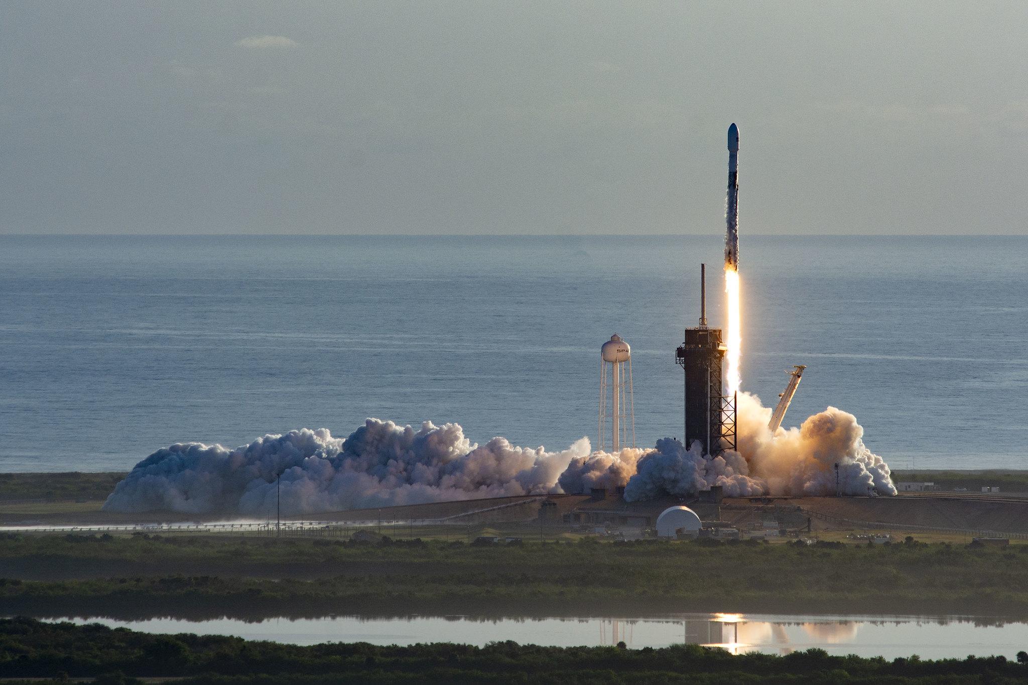 Figure 1: A cincea lansarea a unei trepte primare Falcon 9 (seria B1048) și pentru prima dată când SpaceX a refolosit conul protector. Din păcate, o nouă recuperare a primei trepte a eșuat, iar unul din cele motoare Merlin a suferit probleme tehnic în timp ce racheta se îndrepta spre orbită, însă lipsa lui a fost compensată de celelalte opt motoare, misiunea fiind una încheiată cu succes. Sursa foto: SpaceX.