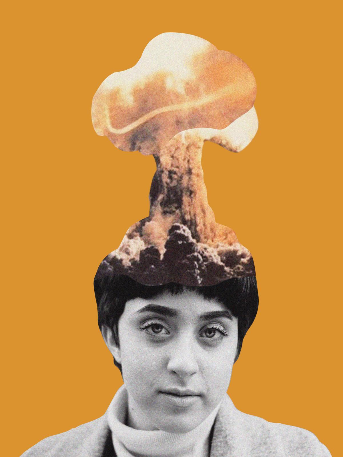 Eine Frau, der ein Feuerschwall aus dem Kopf kommt