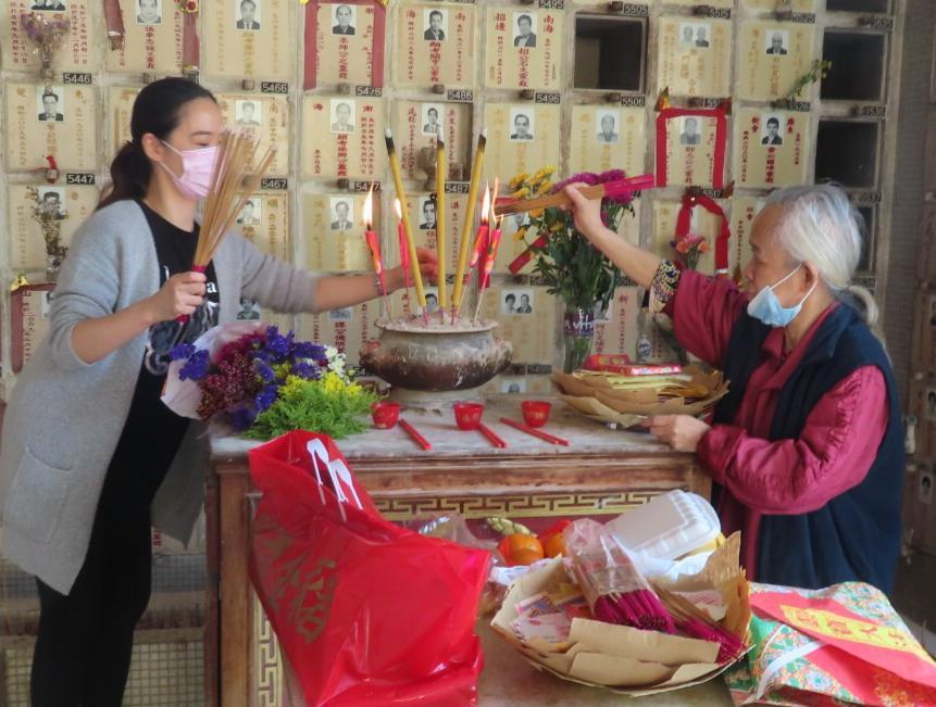 理事王潔清和辦公室職員黃七妹打點儀式