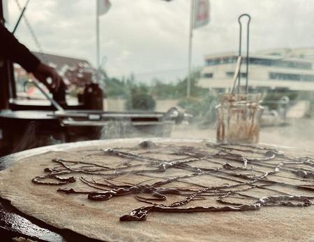 Frisch zubereiteter, dampfender Crêpe mit Nutella