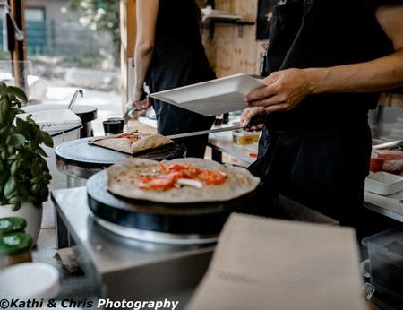 Frische Galette-Zubereitung mit Butter, Gemüse, Käse, Shinken und Spiegelei