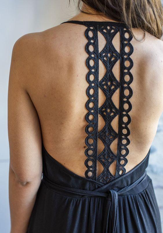 Robe à bretelles terminant en tissage dans le dos
