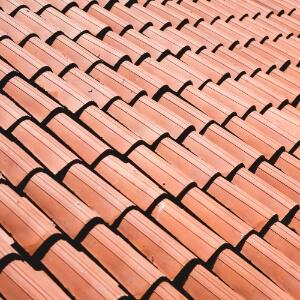 Close de um lindo telhado recém construído.