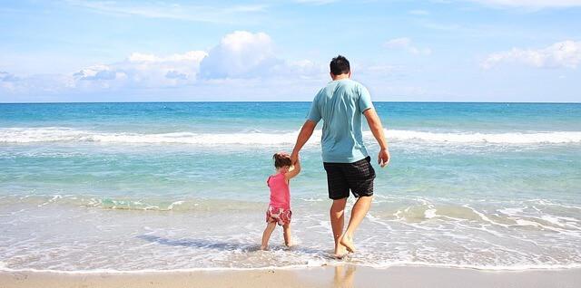 Foto de pai e filha na praia