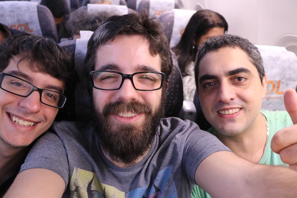 Eu e meus 2 amigos no avião