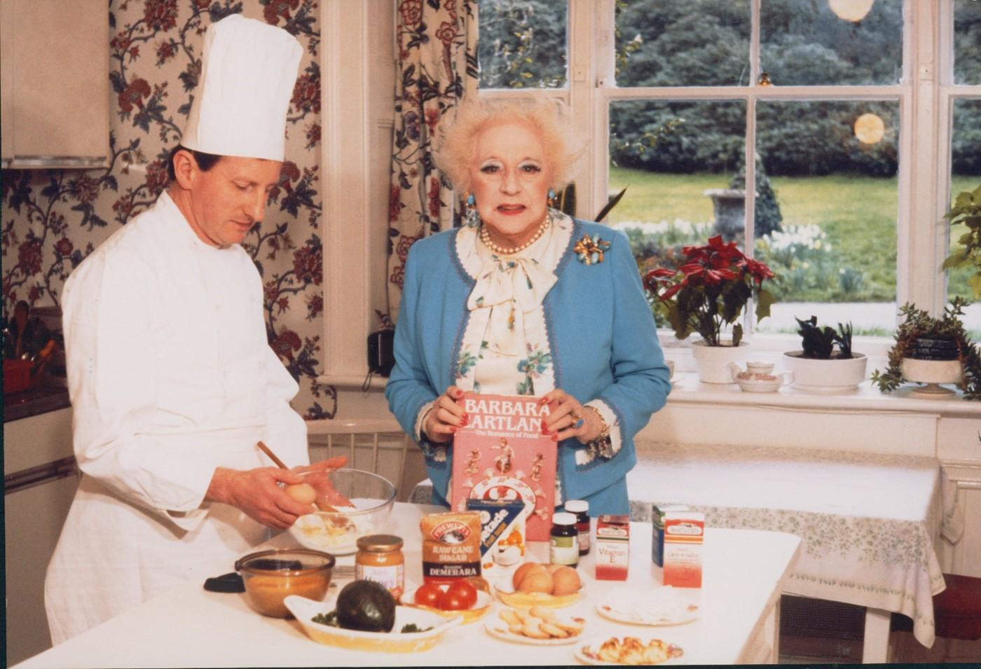 Барбара Картленд сосвоей кулинарной книгой. Источник: anothermag.com