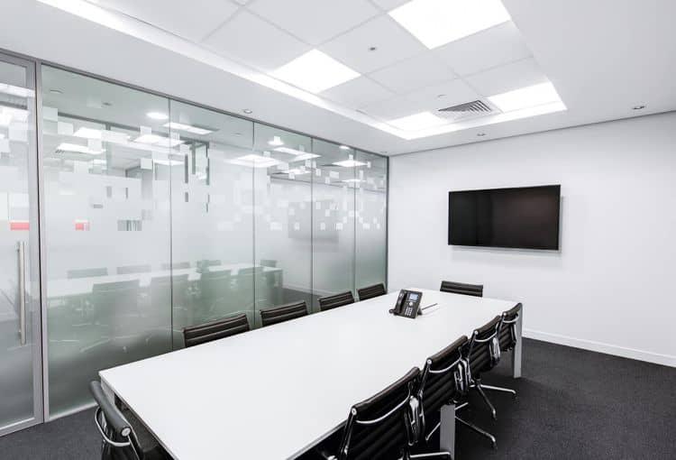 Leerer Schulungsraum für eine Firmenschulung mit Bildschirm