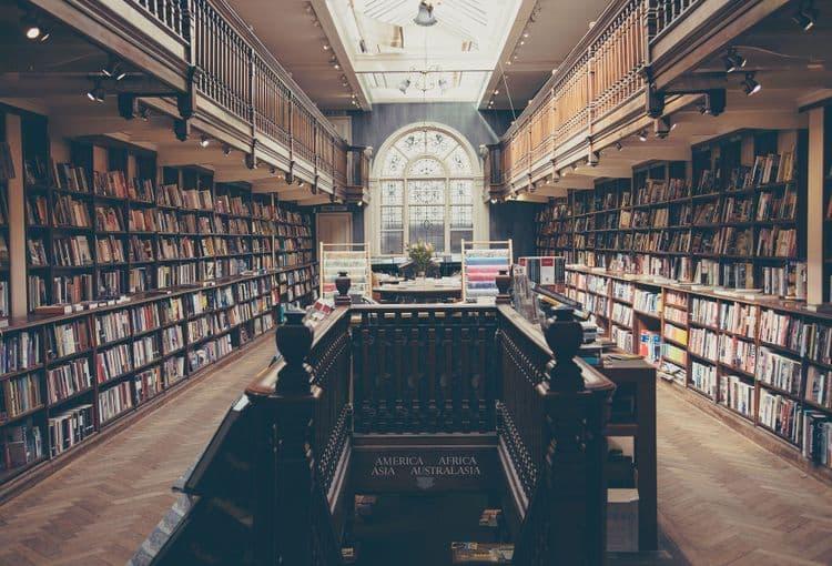Bibliothek mit vielen Büchern