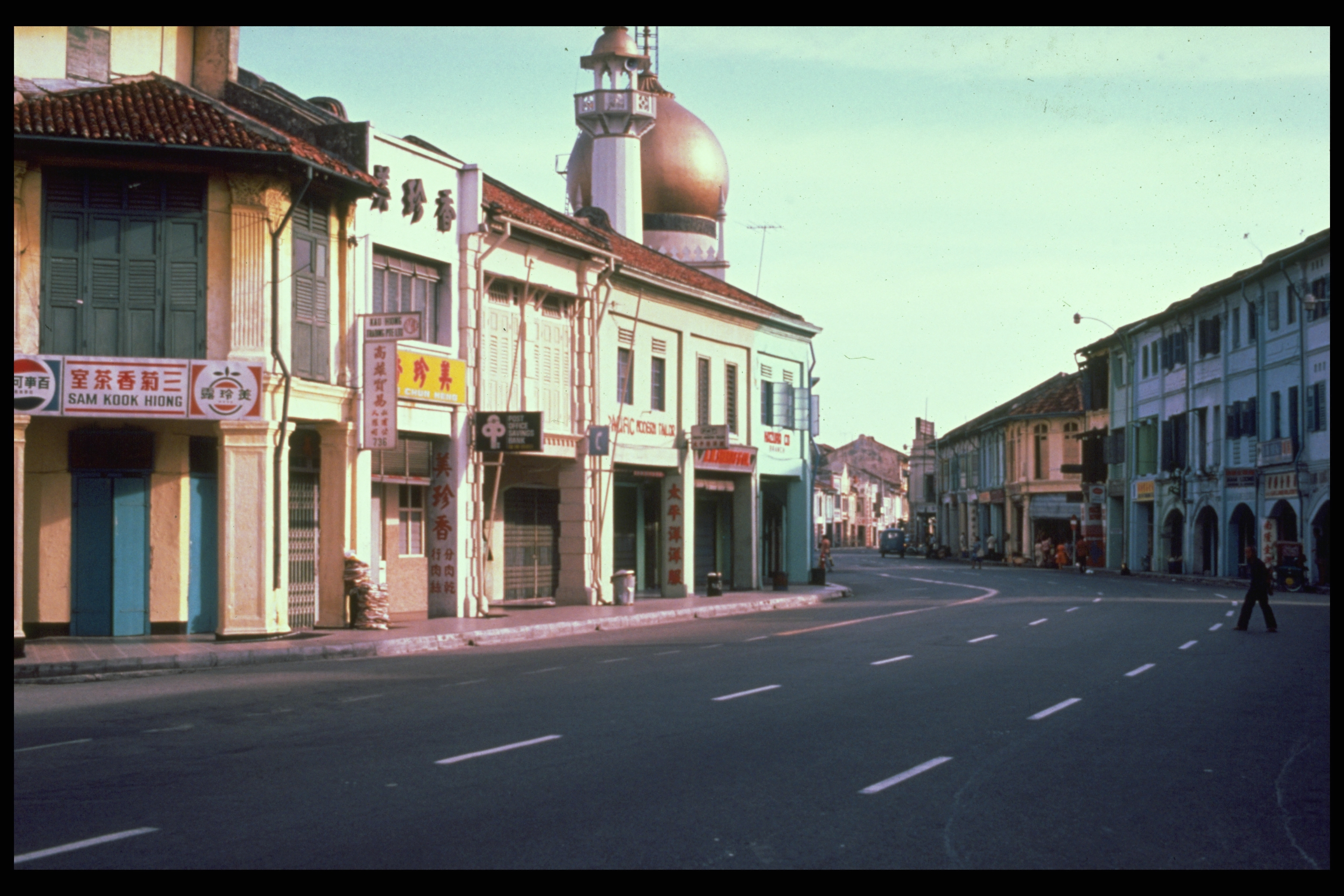 North Bridge Road, with top of Sultan Mosque visible, 1979. Paul Piollet Collection, courtesy of National Archives of Singapore