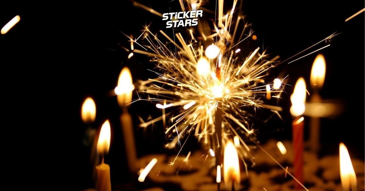 Ein Kuchen mit Wunderkerze und anderen Kerzen für die richtige Stimmung bei eurem Feuerwehr Jubiläum