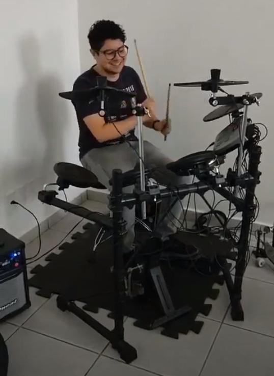 Pessoa tocando bateria eletrônica