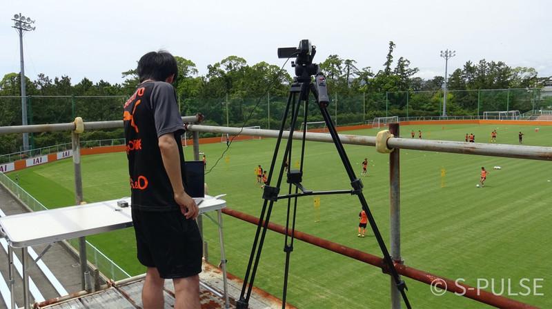Performance analyst Mizuki Moriwaki and his analysis setup at an S-Pulse training session