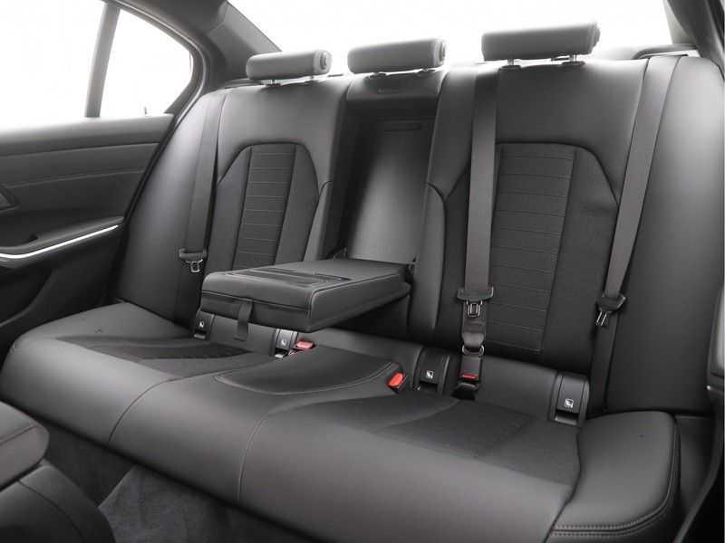 BMW 3 Serie Sedan 318i Executive Sport Line Automaat afbeelding 15