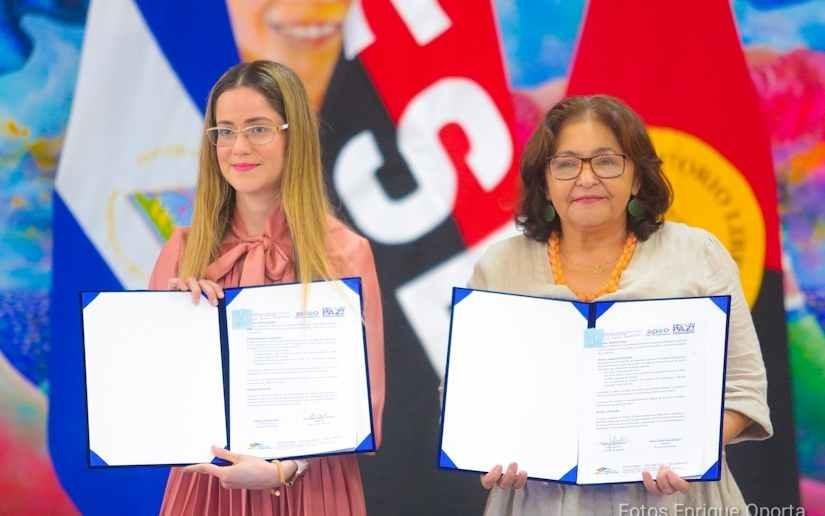 Directora de Telcor y Ministra de Educación de Nicaragua suscriben acuerdo para teleclases.